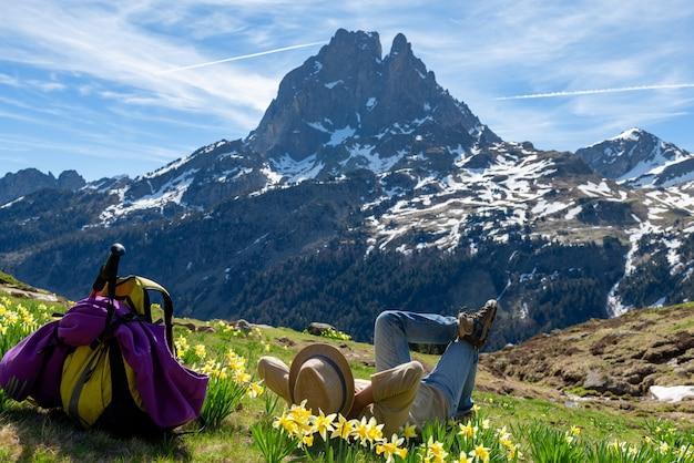 Wandererfrau, die das pic du midi ossau in den französischen pyrenäen-bergen stillsteht und schaut