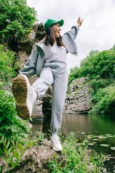 Wandererfrau, die den blick auf den fluss in der canyonschönheit in der natur genießt