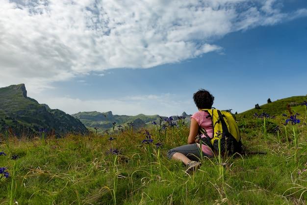 Wandererfrau, die im berg stillsteht