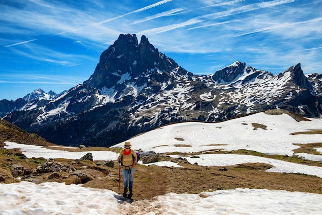 Wandererfrau, die in die französischen pyrenäen-berge geht