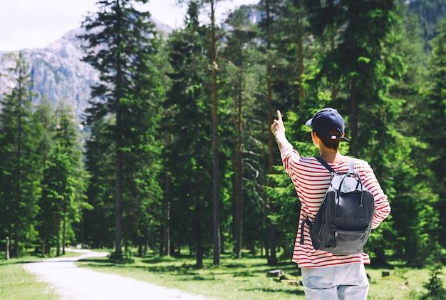 Wandererfrau, die sich im freien auf der natur entspannt reisen in den dolomiten italien europa sommerurlaub