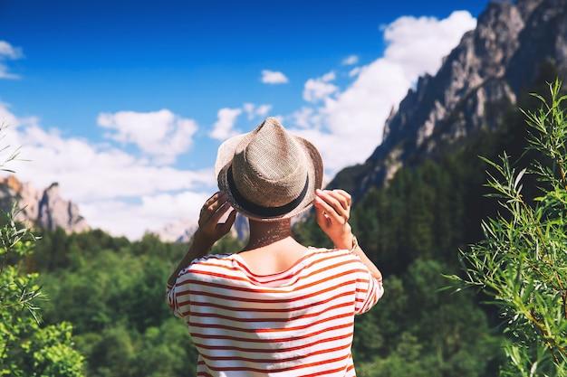 Wandererfrau im freien in der natur reisen in den dolomiten italien europa sommerurlaub in südtirol
