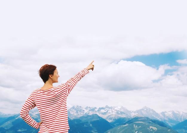 Wandererfrau mit erhobenen armen mit bergen im hintergrund reisen in den dolomiten italien europa
