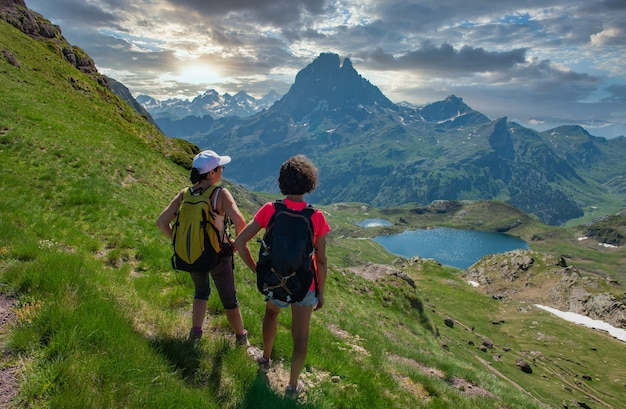 Wandererinnen auf dem weg von pic du midi ossau in den französischen pyrenäen