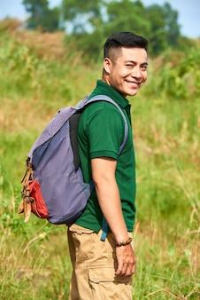 Wanderermann mit rucksack
