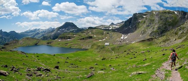 Wanderfrau auf dem weg nahe ayous see in den französischen pyrenäen bergen