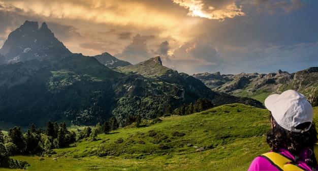 Wanderfrau, die pic du midi ossau in den französischen pyrenäen sucht