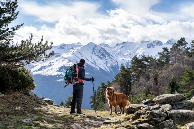 Wanderfrau mit ihrem hund im nationalpark von aiguestortes und see von sant maurici.
