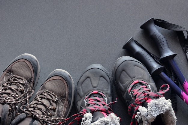 Wanderkleidung für damen und herren, bestehend aus schuhen, rucksack, trinkflasche und spazierstöcken