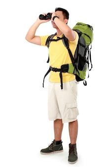 Wandermann-tourist, der mit fernglas schaut