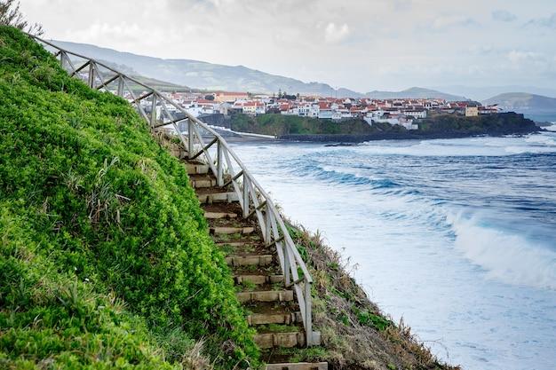 Wandern am ufer des ozeans entlang
