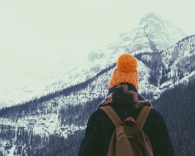 Wandern auf einem schneebedeckten berg
