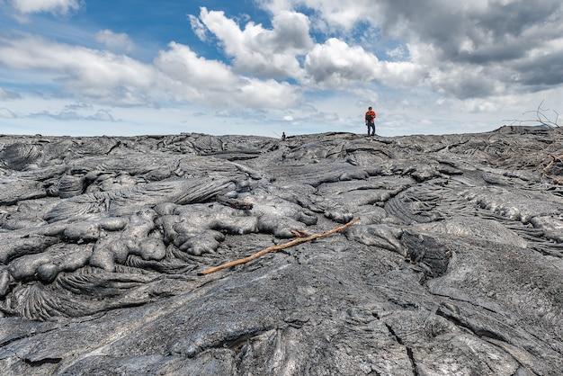 Wandern auf extrem heißem lavabett. abenteuer aktivität in hawaii volcanoes national park