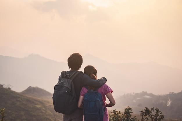 Wandern des jungen paarreisenden, der schöne landschaft, reiselebensstilkonzept schaut
