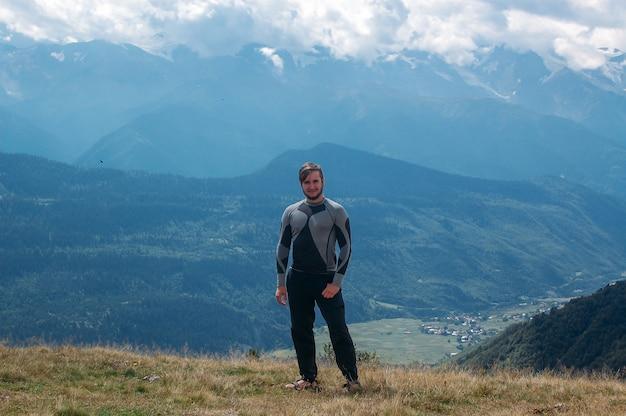 Wandern des mannes, der in den bergen steht