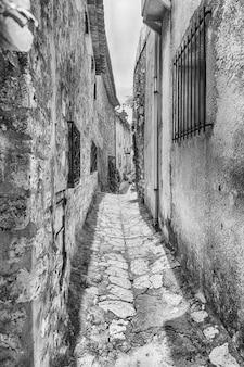 Wandern in den malerischen straßen von saint-paul-de-vence, côte d'azur, frankreich. es ist eine der ältesten mittelalterlichen städte an der französischen riviera