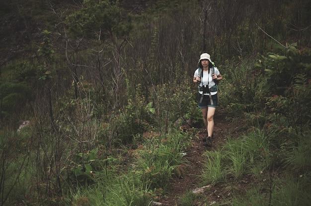 Wandern oder laufen frau in landschaft berge. sohle aus sportschuh und beinen auf rock trail. wandertrekking oder fußweg, lebensstil im freien