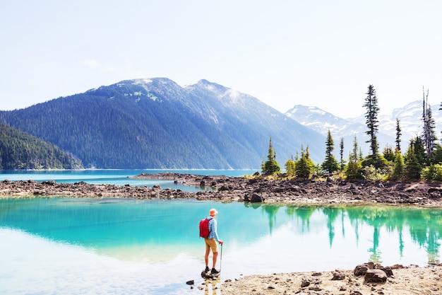Wandern sie zum türkisfarbenen wasser des malerischen garibaldi lake in der nähe von whistler, bc, kanada. sehr beliebtes wanderziel in british columbia.