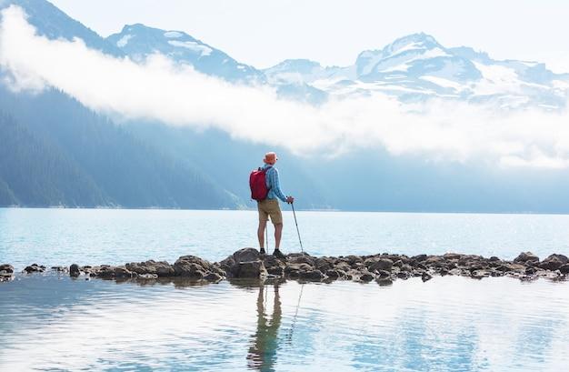 Wandern sie zum türkisfarbenen wasser des malerischen garibaldi-sees nahe whistler, bc, kanada.