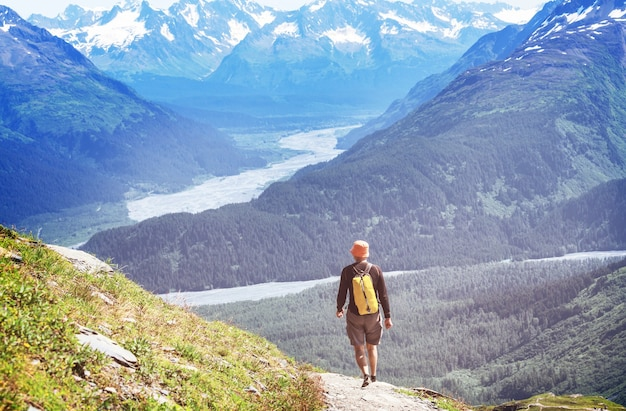 Wandernder mann in den kanadischen bergen. wandern ist die beliebteste freizeitaktivität in nordamerika. es gibt viele malerische wanderwege.