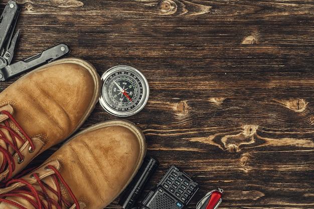 Wanderschuhe, kompass und messer. outdoor-ausrüstung wandern