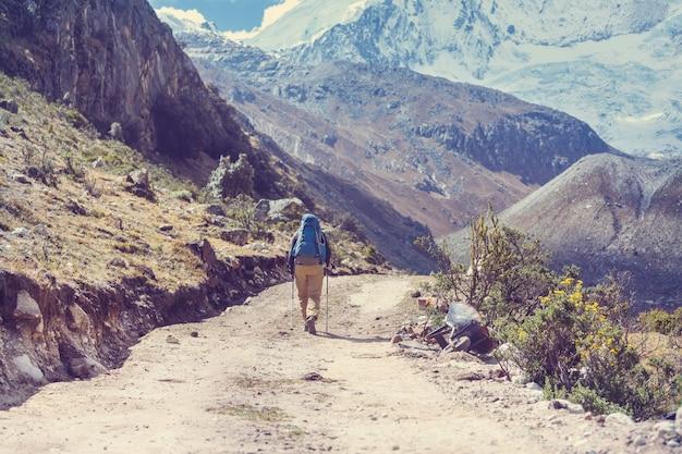 Wanderszene in den bergen der cordillera, peru