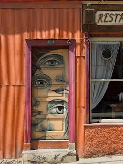 Wandgemälde auf einer tür eines restaurants, valparaiso, chile