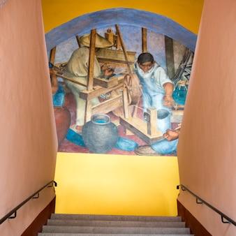 Wandgemälde auf wand durch treppenhaus, bellas artes, san miguel de allende, guanajuato, mexiko