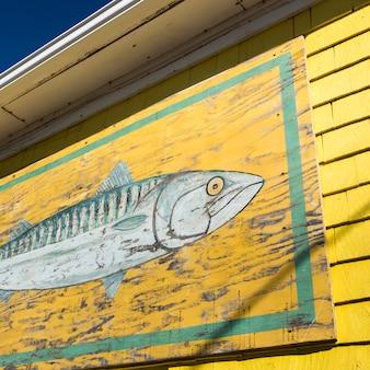 Wandgemälde eines fisches auf einem fischen verschüttete am hafen, nord rustico, prinz edward island, kanada