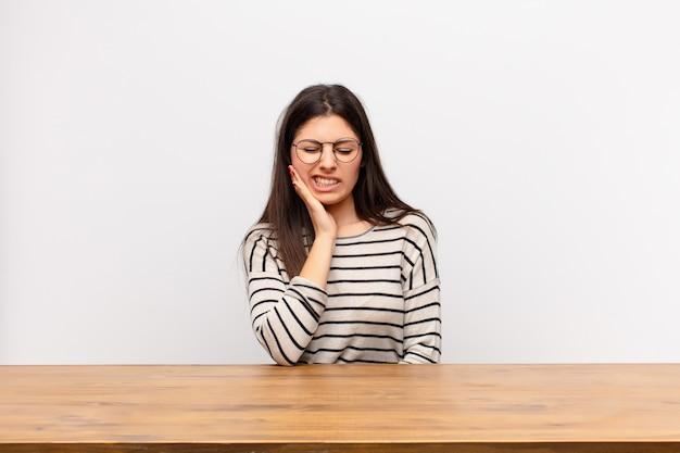Wange halten und schmerzhafte zahnschmerzen leiden, sich krank, elend und unglücklich fühlen, einen zahnarzt suchen