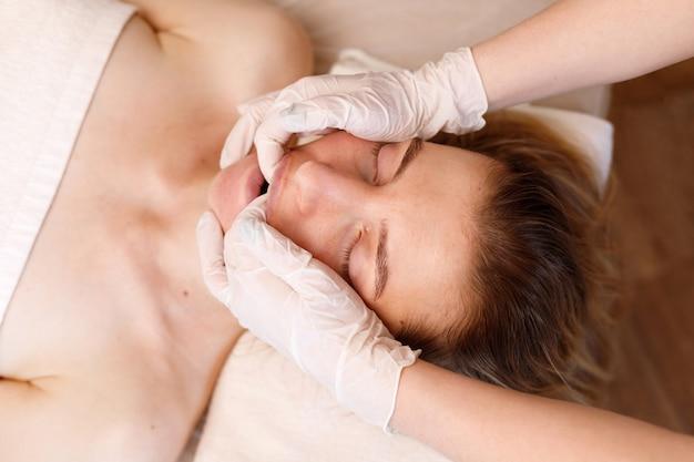 Wangenmassage. anti-aging-verfahren. frauengesicht