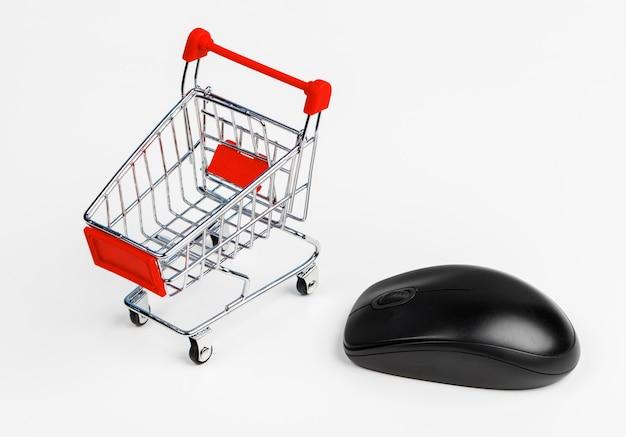 Warenkorb und computer-maus, konzept des on-line-einkaufens