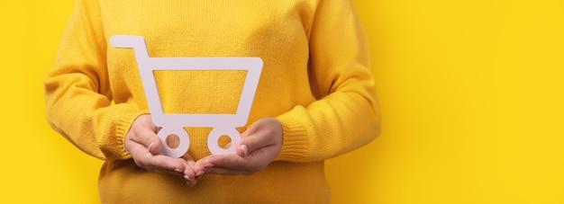 Warenkorbsymbol auf händen, panoramabild