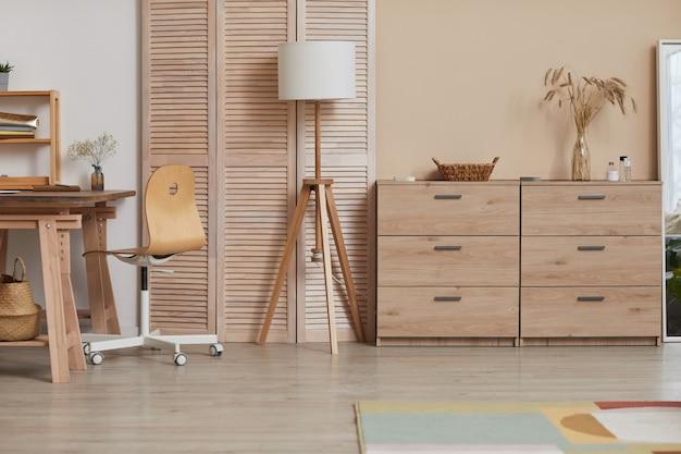 Warm getöntes hintergrundbild von minimalem interieur mit holzelementen und natürlichem dekor, kopierraum