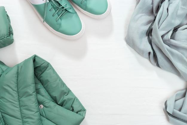 Warme damenbekleidung, warme jacke, lederschuhe und warmer schal.