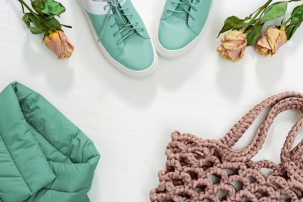 Warme damenbekleidung, warme jacke, schuhe und gestrickte tasche oder string-tasche.
