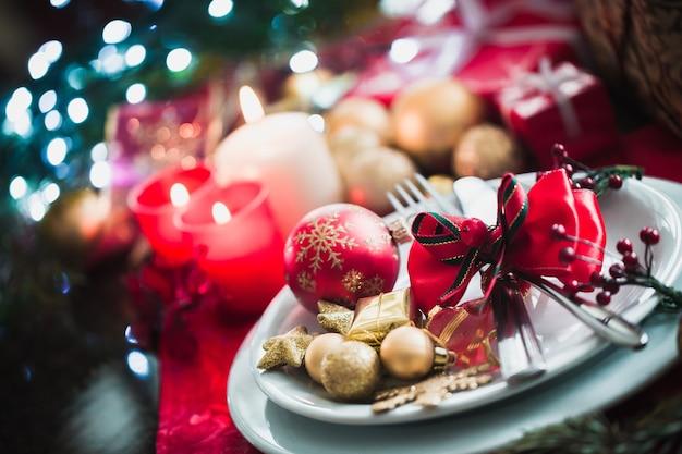 Warme feiertags- oder festliche tischdekoration mit besteck und serviette