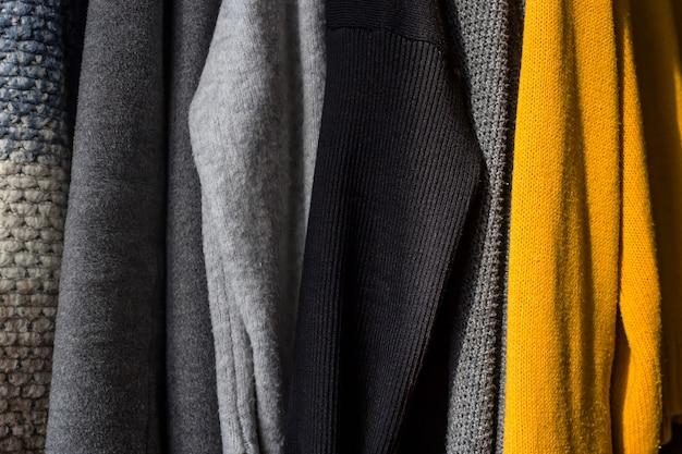 Warme feminine dinge für herbst und winter in dunklen grundfarben mit gelb