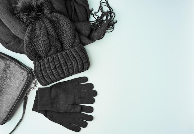 Warme frauenzubehör der flachen lage des winters oder des herbstes - schwarzer gestrickter schal, hut, tasche