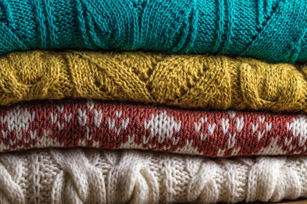 Warme, gestrickte, winterkleidung auf einem hölzernen hintergrund. hässliche weihnachtsstrickjacke