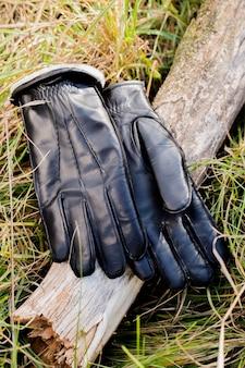 Warme herrenhandschuhe aus leder liegen im gras