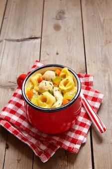 Warme hühnerfleischbällchen-tortellini-suppe