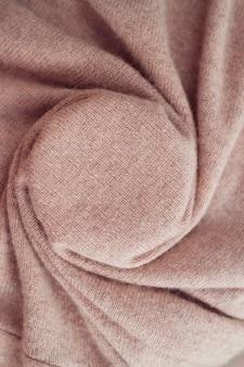 Warme kaschmir-textur gefalteter hintergrund mit natürlichem strickmaterial