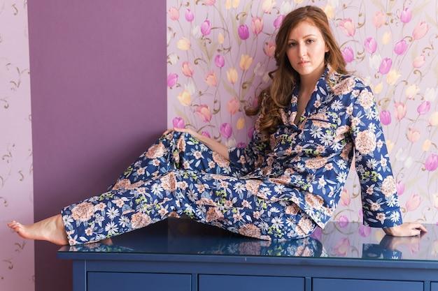 Warme kit homewear. weiches baumwollhemd. bequeme kleidung für gesunden schlaf. pyjama-konzept. schließen