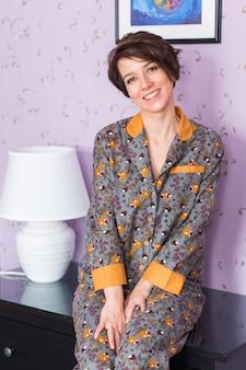 Warme kit homewear. weiches baumwollhemd. bequeme kleidung für gesunden schlaf. pyjama-konzept.