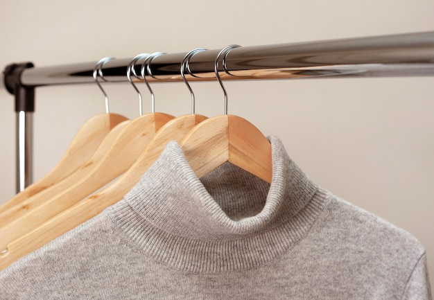 Warme kleidung auf einem kleiderbügel