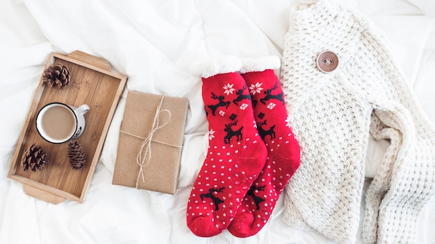 Warme kleidung in der nähe von geschenk und kaffee