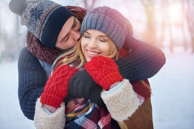 Warme kleidung und warmes umarmen