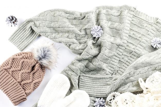 Warme, kuschelige winterkleidung auf weiß