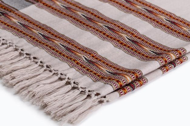 Warme plaids stolen mit einem muster auf weiß zubehör für kaltes wetter aus natürlichem material kopierraum